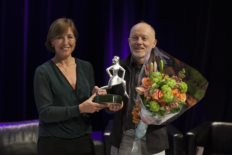 Bosse Lindquist får priset av Sjukhusläkarnas ordförande Karin Båtelson. Foto: Stefan Nilsson