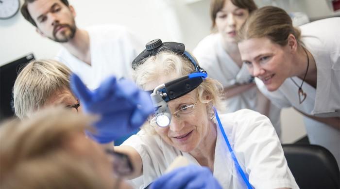 På måndagar och onsdagar är det mottagningsdag för gula teamet. På bilden syns Anna Hafström som undersöker patienten tillsammans med ST-läkaren Pontus Wiegert som hon delar PAL-skapet med.  Foto: Li Fernstedt