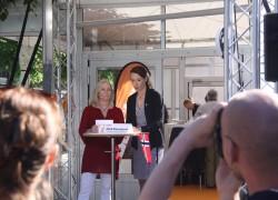 Läkarförbundets ordförande Heidi Stensmyren intervjuades på Dagens Samhälles scen. Den norska flaggan hade Stensmyren med sig för att hon, och Läkarförbundet, tycker det är dags för en statlig nationell primärvårdsreform enligt norsk modell, den så kallade fastlegeordningen, som skulle utgöra en vidarutveckling av vårdvalet och stimulera till fler små personalägda vårdcentraler.  Foto: Malin Lindgren