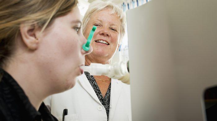Ann-Carin Olin och Gunilla Runström. Genom att patienten andas ut partiklar i ett plaströr kan Anna-Carin samla upp dem med hjälp av sin PExA och mäta de exakta nivåerna av skadliga ämnen.