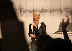 """""""Hur vill ni som är framtidens läkare utforma jouren?"""" frågade Sjukhusläkarnas Maria Thorén Örnberg publiken. Foto: Malin Lindgren"""