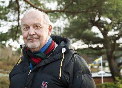 Staffan Börjesson orkar bara med promenader varannan dag, men betraktas som ett oprioriterat ärende så besked om när han ska få sin  behandling har ingen kunnat ge honom.Foto:Julia Sjöberg.