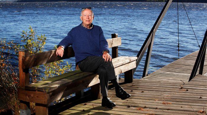 """Förr handlade det mesta i Torkel Åbergs liv om jobbet och huvudkriteriet för hans dåvarande sommarhus var att det låg inom """"jouravstånd"""" från sjukhuset. Men sedan han blev pensionär har han odlat sina andra stora intressen; att resa, spela golf och sköta om trädgården. Foto: Stefan Nilsson"""