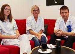 """""""Allt ska gå mot stordrift, det är en slags blåögd fanatism. Ge mig ett positivt exempel där det har lyckats bra. Nej, det är de små verksamheterna med korta beslutsvägar där man tar både ett personalansvar och ett patientansvar som verkligen fungerar"""", säger Åsa Nygård och får medhåll av ST-läkaren Sara Åhman (till vänster på bilden) och Lars T Johansson. Foto: Marcus 3dfoto.se"""