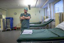 """""""När jag pratar med fackliga kollegor i regionen så får man höra om samverkansavtal som sagts upp och problem med att få gehör från ledningens håll. Här har vi alltid haft en ömsesidig respekt för varandra. Visst har vi bråkat några gånger, men arbetsgivaren vill gärna att vi ska vara med och ge vår input"""", säger John Andersson, överläkare på kirurg-/ortopedkliniken vid Alingsås lasarett. Foto: Joachim Nywall"""