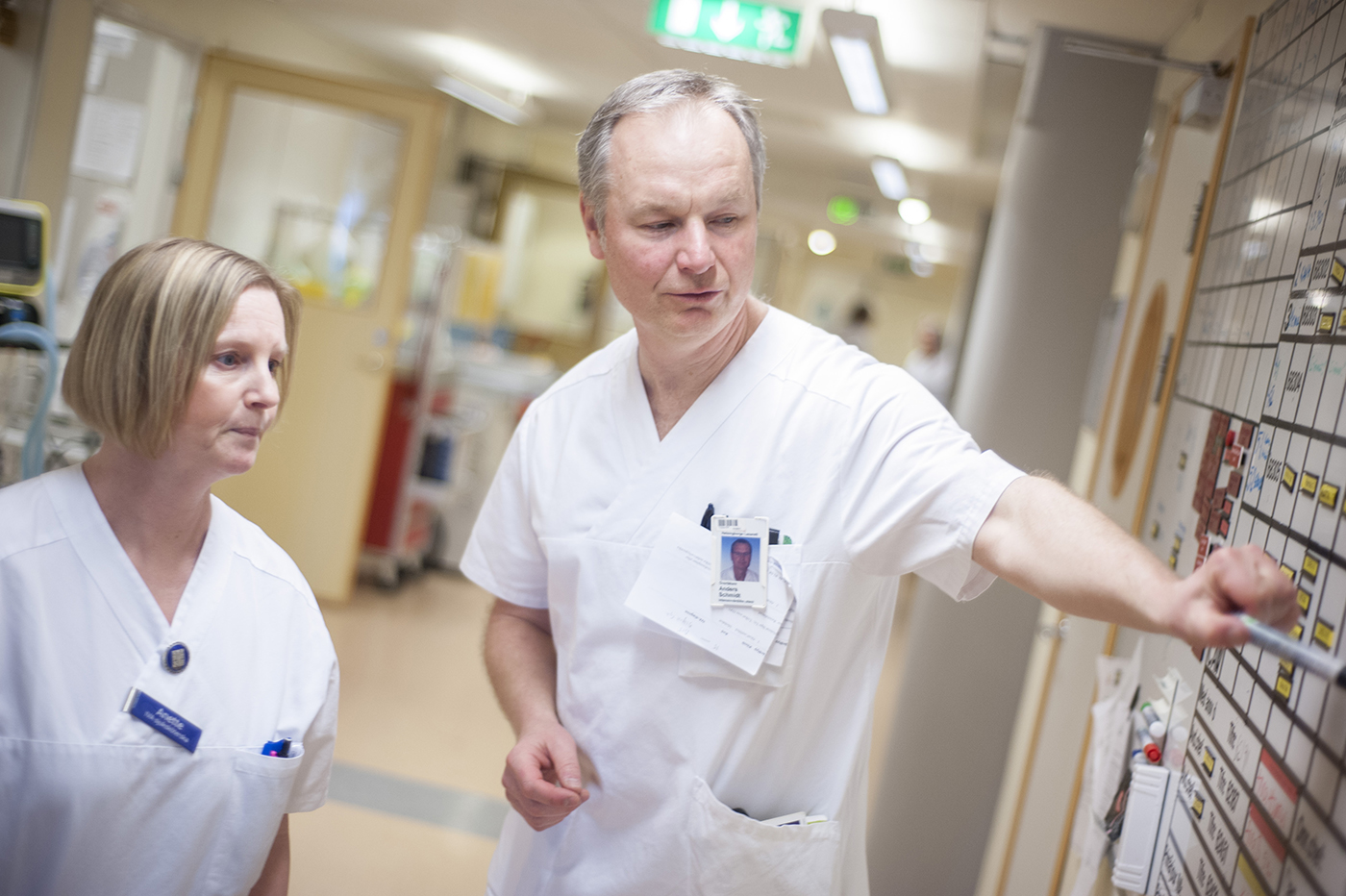 För Anette Ekberg, driftsansvarig sjuksköterska, och Anders Schmidt, medicinskt ansvarig på IVA i Helsingborg, innebär det en enorm stress varje gång en patient måste flyttas till en annan IVA på ett annat sjukhus. Något som blivit ett normaltillstånd. Foto: Li Fernstedt