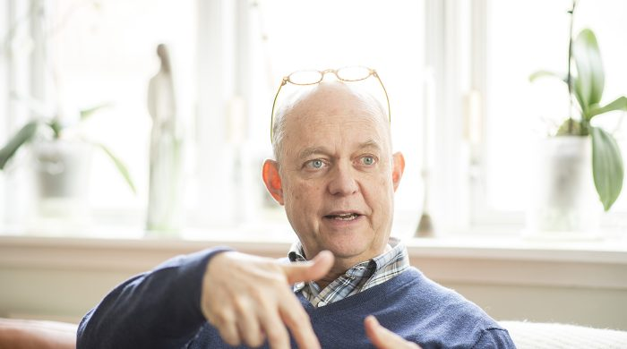 Han är bara 63 år men valde att lämna vården i förtid och ägna sig åt skrivande i stället. Orsaken stavas New Public Management. Foto:Li Fernstedt