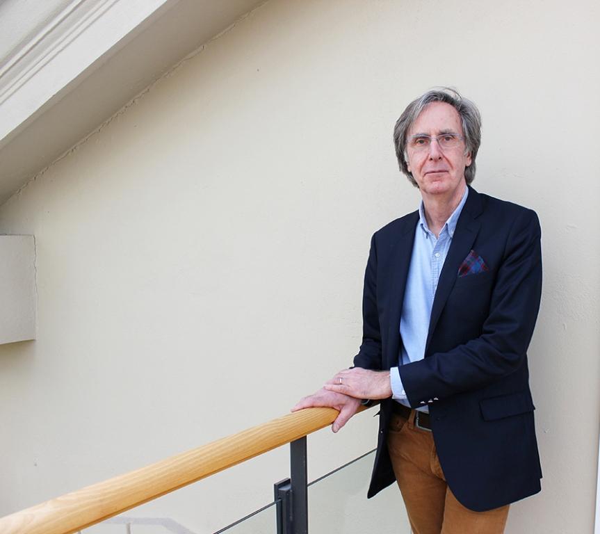 Chalmersforskaren Paul Holmström har jobbat med systemdynamisk modellering inom hälso- och sjukvården sedan 1995. Med hjälp av olika simuleringsprogram kan han återspegla en verksamhet under loppet av några dagar och testa vad nya arbetssätt skulle få för påverkan. Detta till en bråkdel av kostnaden det skulle innebära att göra fel i verkligheten, berättar han.
