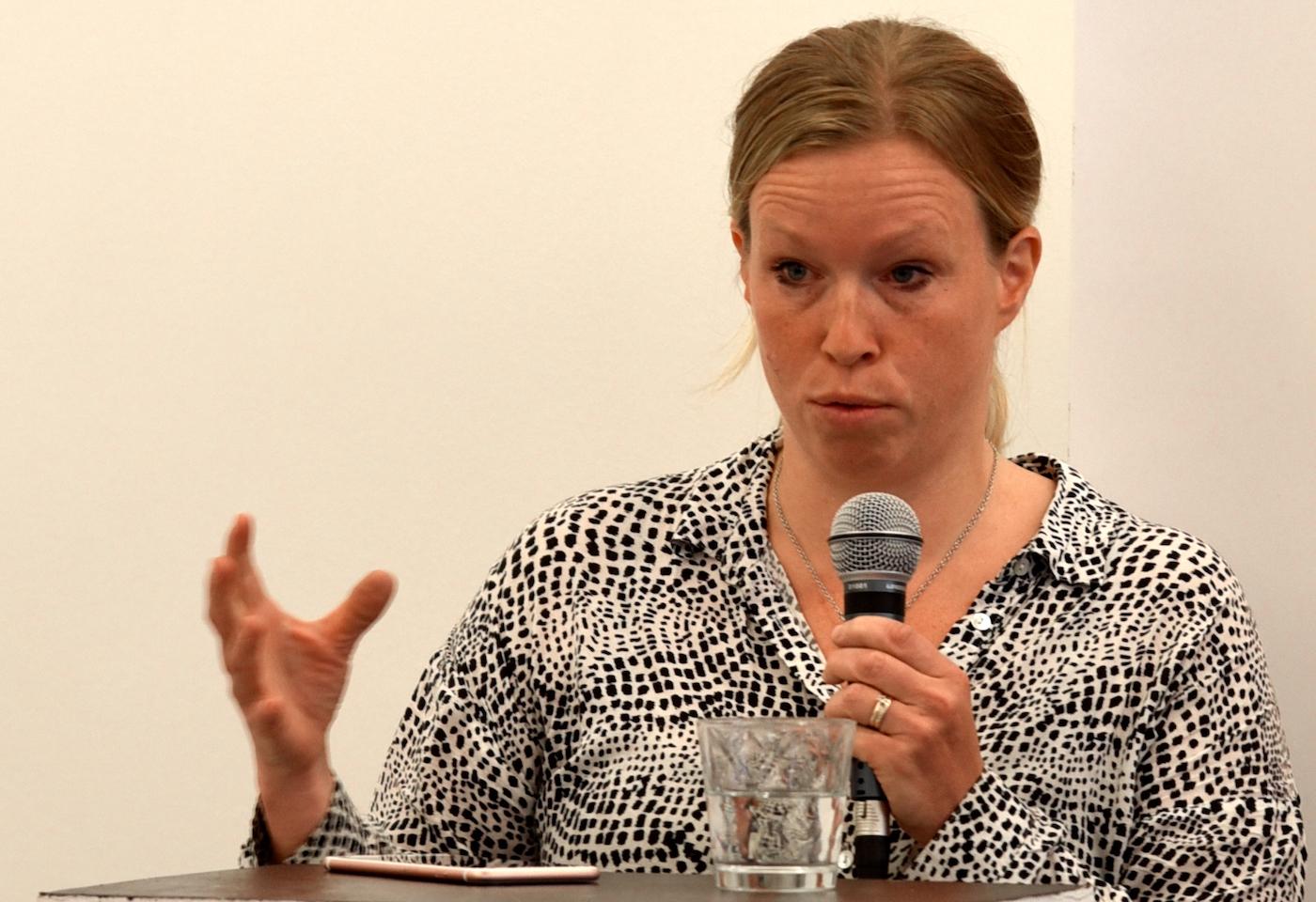 """Elin Karlsson, 2:e vice ordförande i Sjukhusläkarna, deltog i fyra paneler och en mängd slutna rundabordssamtal under Almedalsveckan. """"Det är väldigt kul med de stora debatterna, men samtidigt känns det som om man under de lite mindre mötena, där man kan utveckla på ett annat sätt än i en panel, kan nå längre"""", säger hon."""