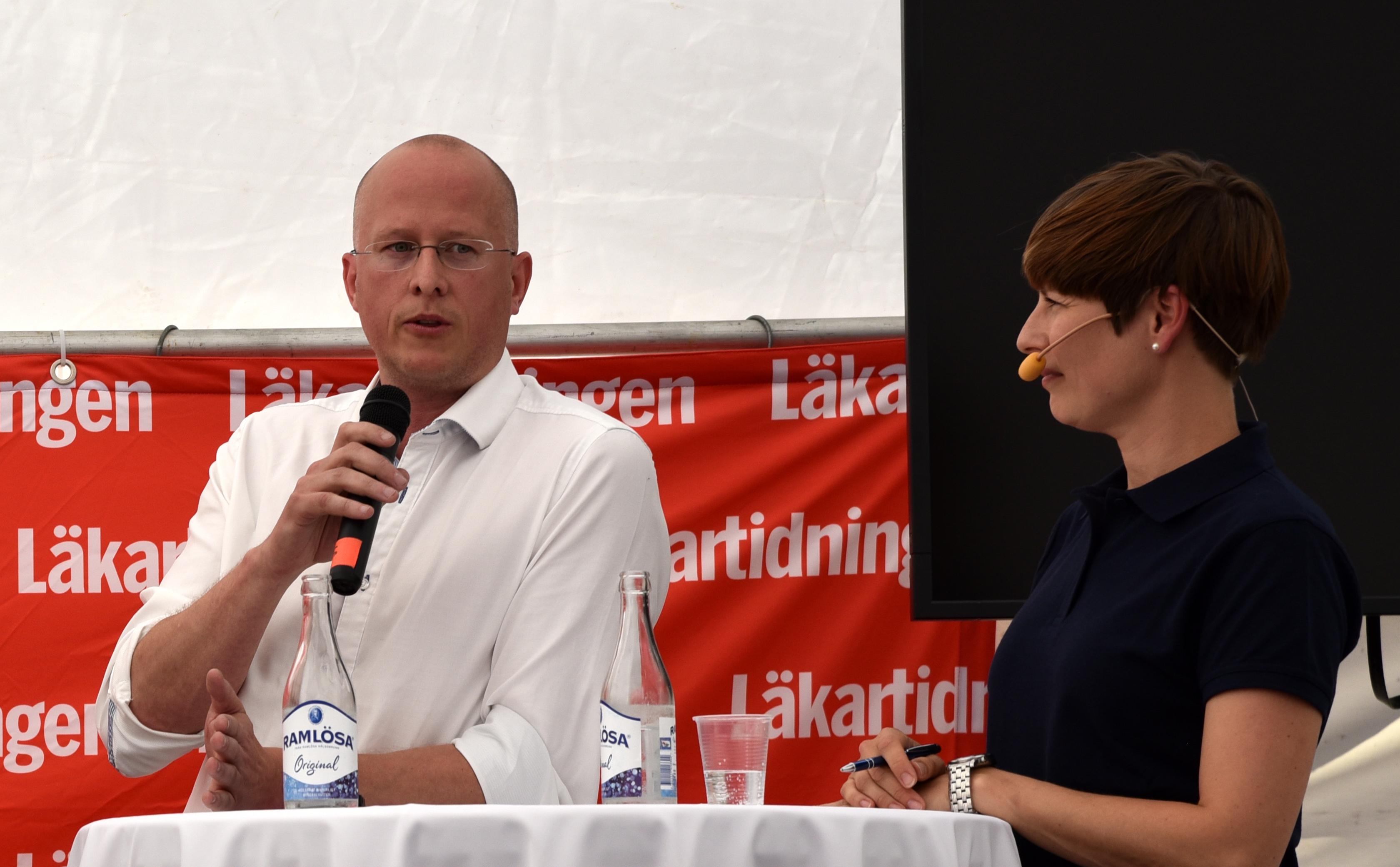 Lars Rocksén, ST-läkare vid Örnsköldsviks sjukhus, och moderator Sofia Rydgren Stale. Foto: Anna Sofia Dahl